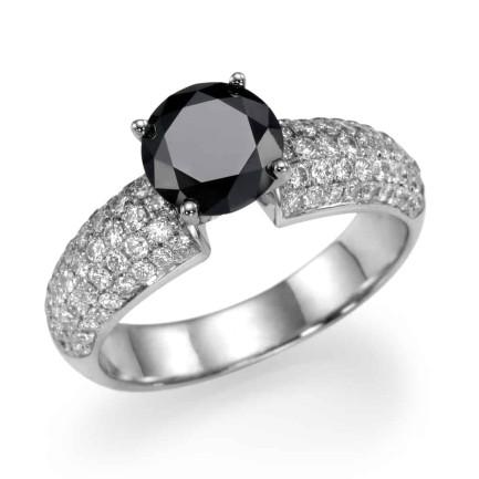 טבעת יהלומים - טבעת משובצת יהלומים עם יהלום שחור מרכזי