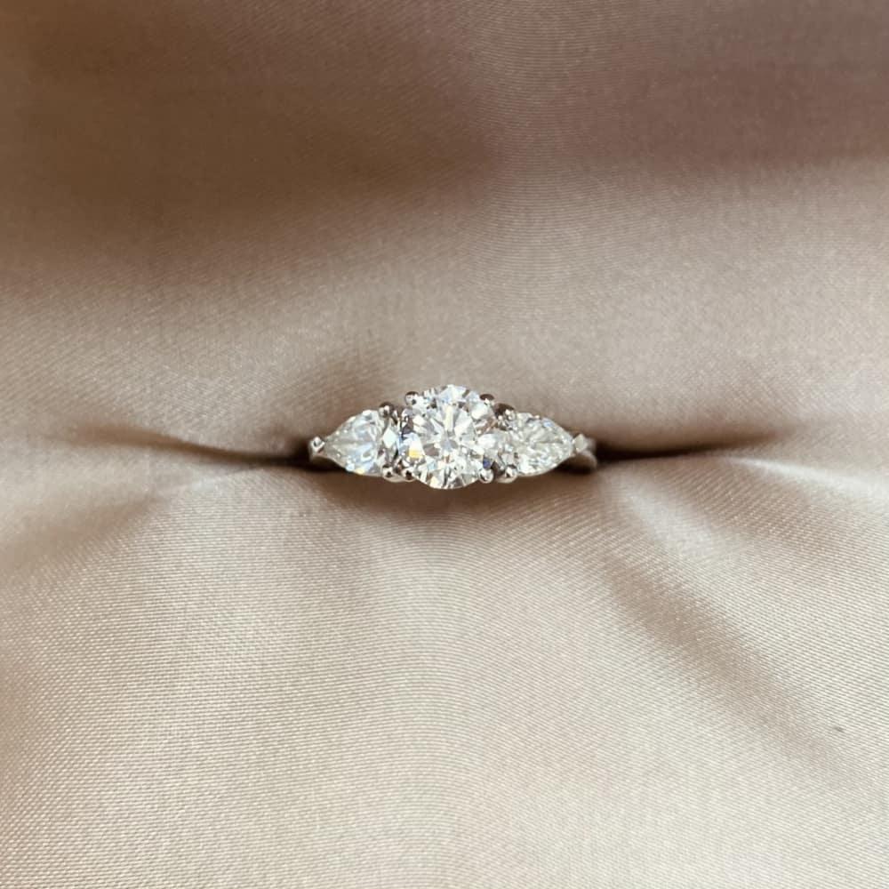 טבעת אירוסין קלאסית 3 סטון טיפות