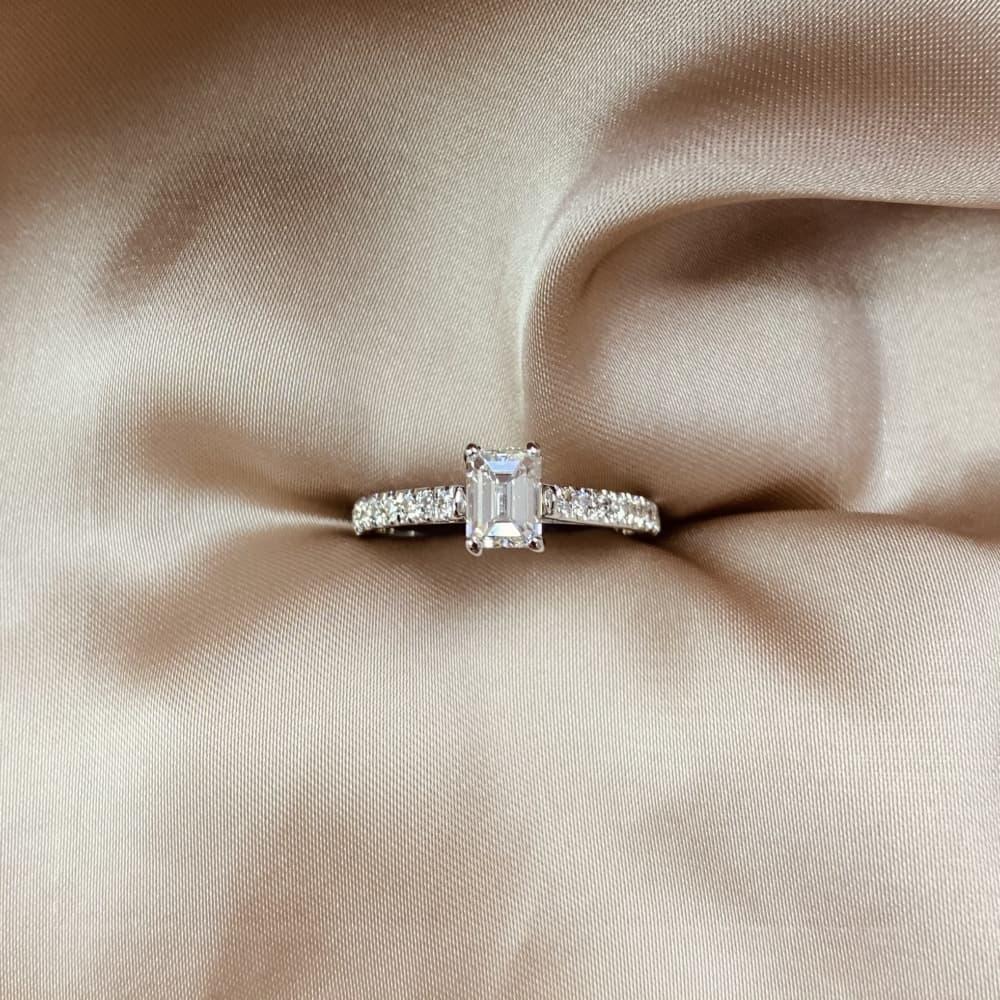טבעת אירוסין אמרלד משובצת