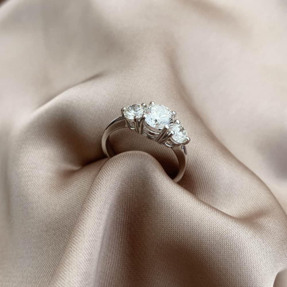 טבעת אירוסין 3 אבנים עגולה