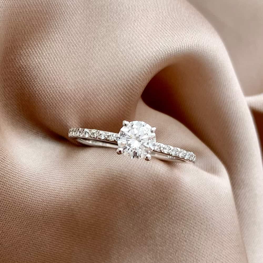 טבעת אירוסין צינור דקה משובצת