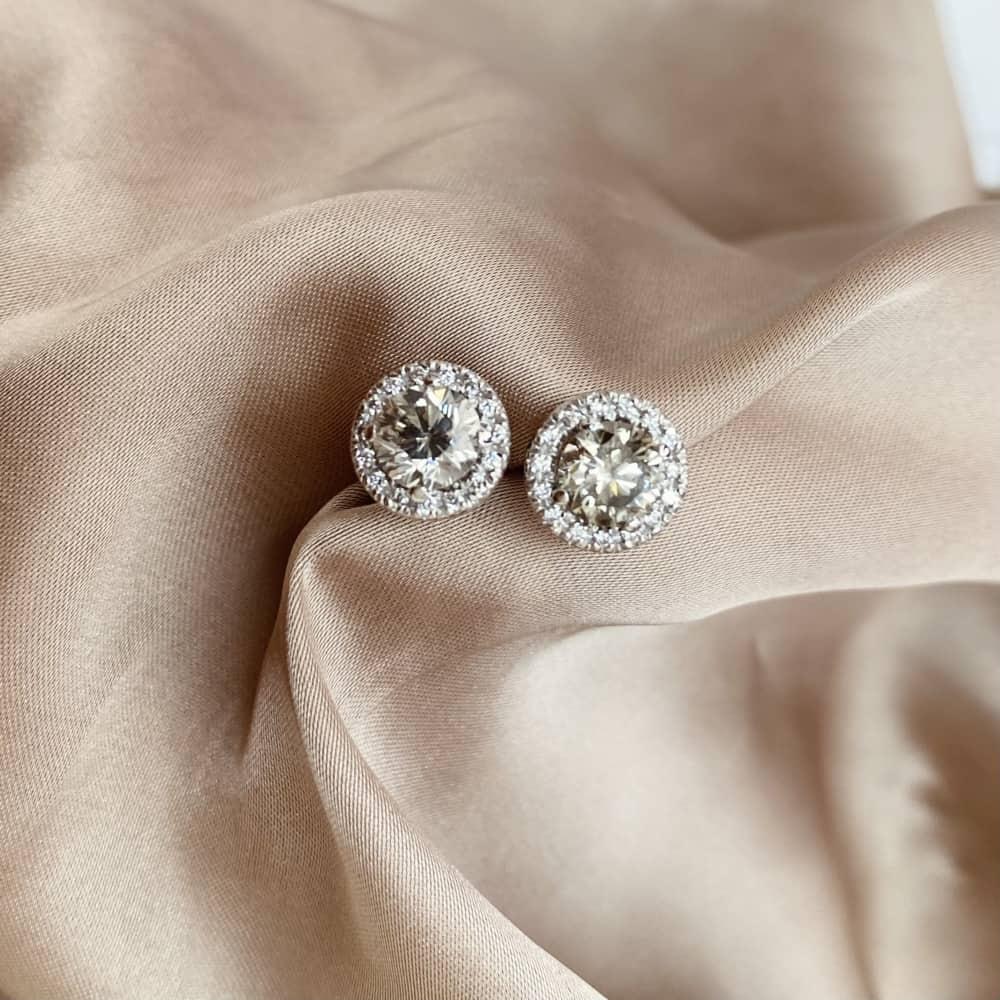 עגילי יהלומים – רונה צמודים בצבע אפור