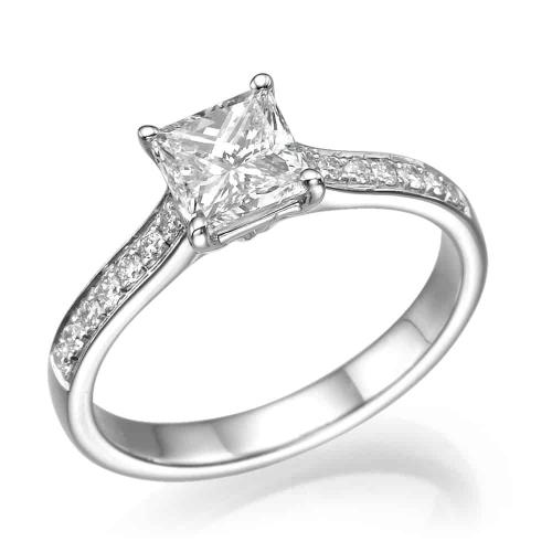 טבעת אירוסין - טבעת יהלומים - דגם טבעת פרינסס משובצת עם קטנות
