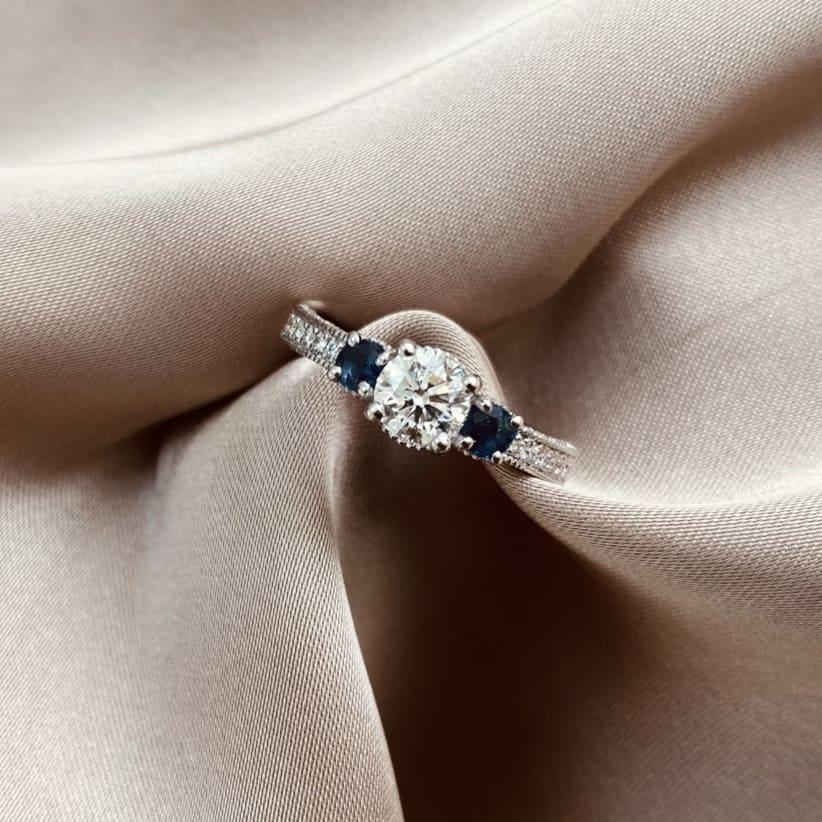 טבעת אירוסין טרי סטון יהלום מרכזי וספירים