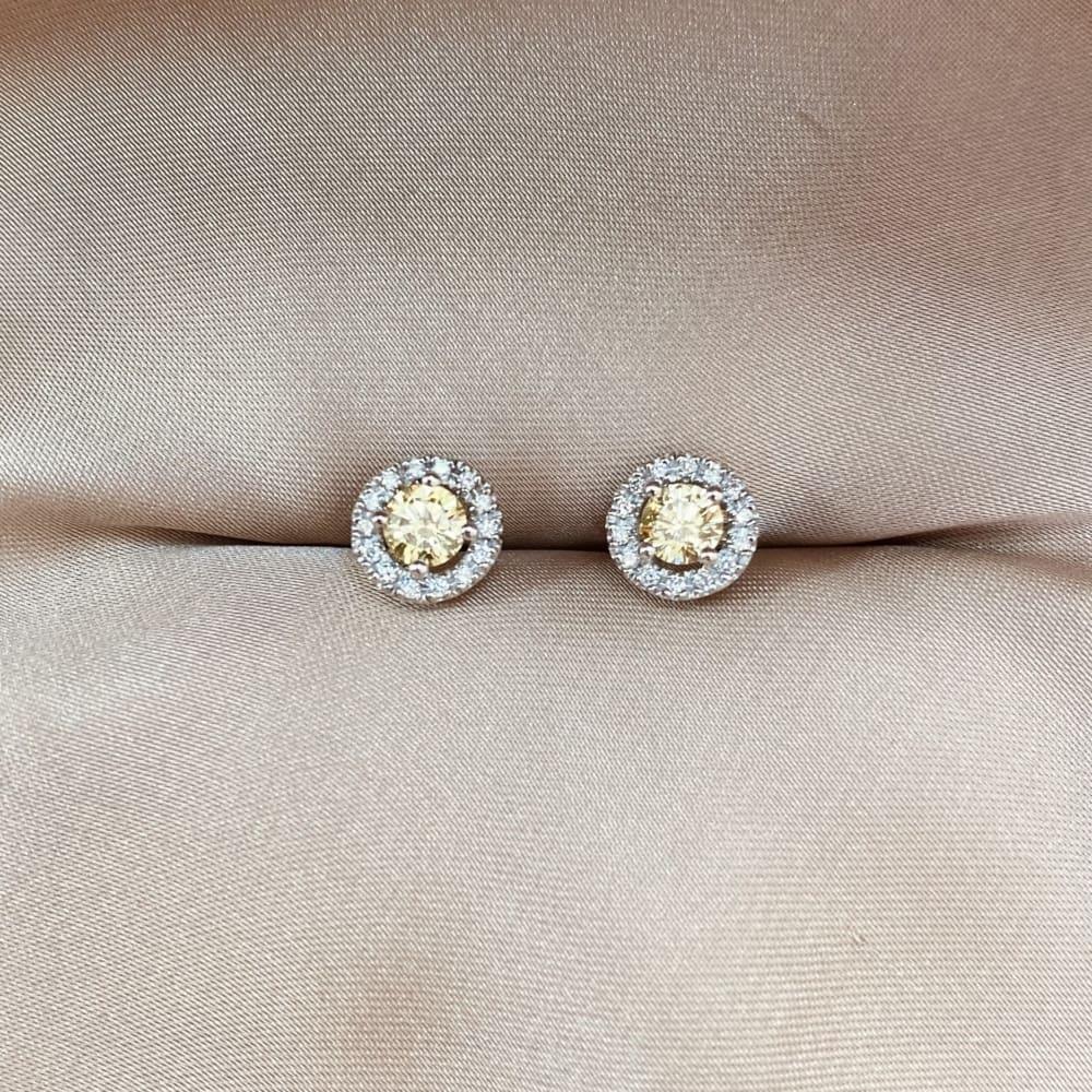 זוג עגילי זהב משובצים יהלומים בצבע פנסי קולור