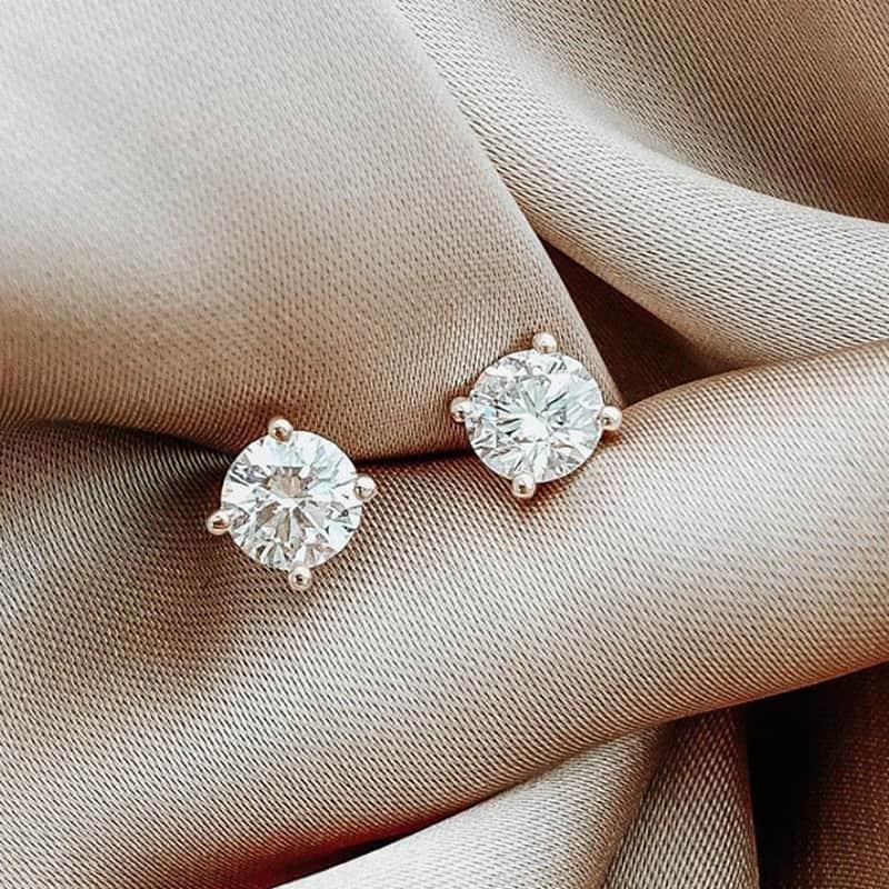 זוג עגילי זהב 18k צמודים קלאסיים, משובצים יהלומים סוליטר
