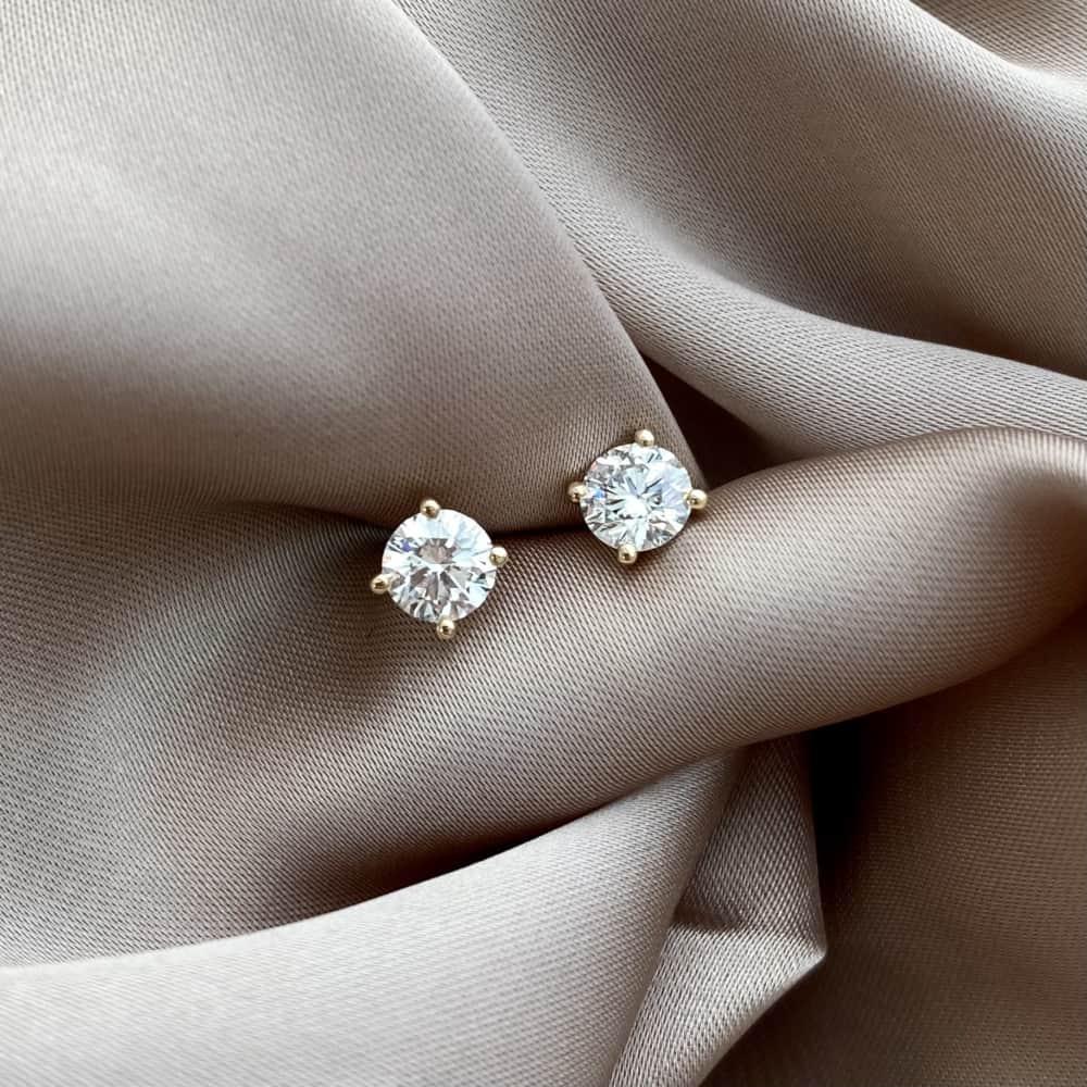 זוג עגילי יהלומים זהב צמודים קלאסיים